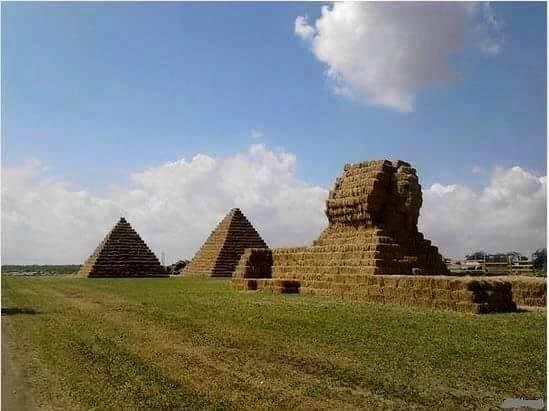 Neftçalada ot tayalarından düzəldilən piramida və sfinks
